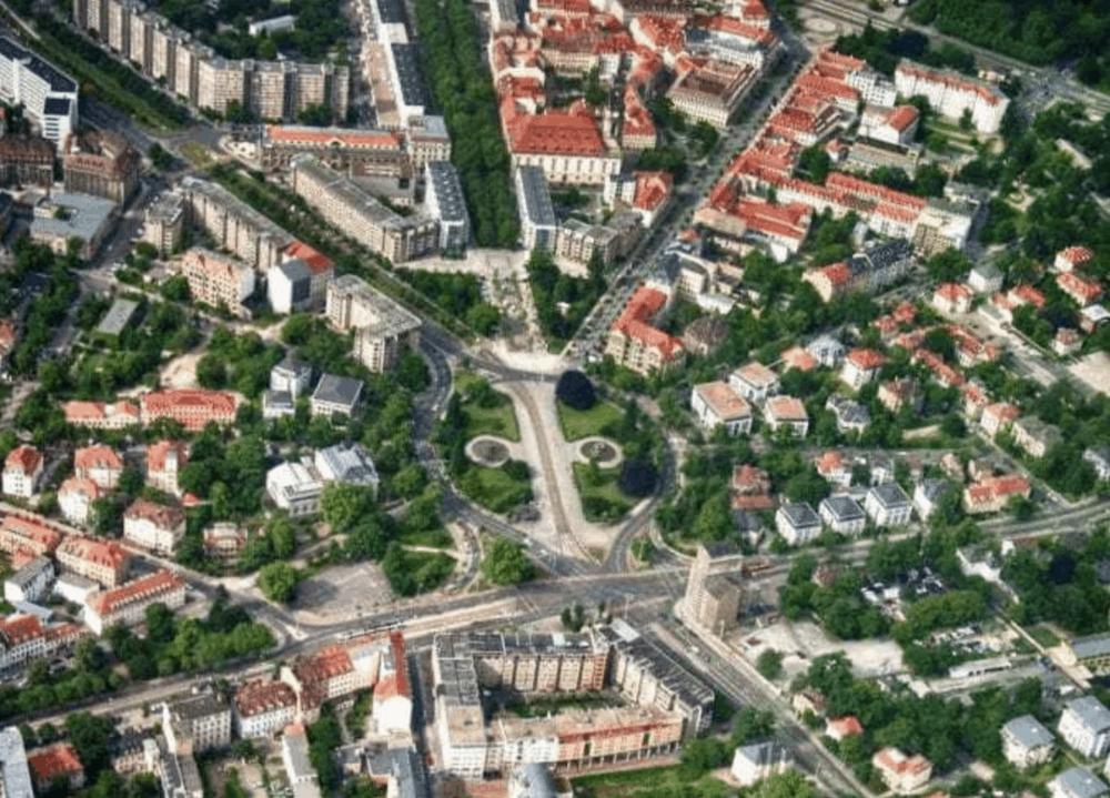Bild: Luftbild des Albertplatz (Dresden), Blick Richtung Elbe / Henry Mühlpfordt / Wikipedia / CC BY-SA 3.0